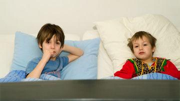 Cum sunt afectati copiii de reclamele la TV?