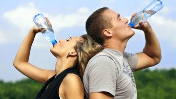 Miturile deshidratarii: 6 lucruri pe care ar trebui sa le stii despre cum sa ramai hidratat