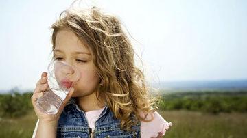 Un pahar de apa la ora potrivita poate sa faca copiii mai destepti