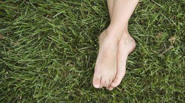 Beneficiile vindecatoare ale mersului in picioarele goale