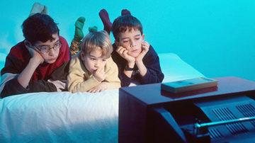 Studiu : o ora de televizor creste cu 50% probabilitatea copiilor de a pofti la bauturi carbogazoase