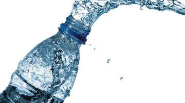 Mii de chimicale in apa imbuteliata
