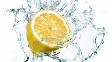 Apa calda cu lamaie: 16 beneficii pentru sanatate
