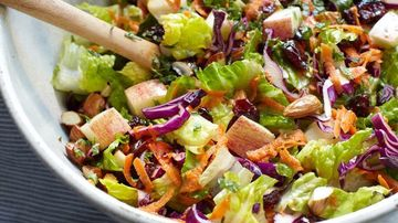 Salata crocanta cu varza, morcov, mar,migdale si merisoare