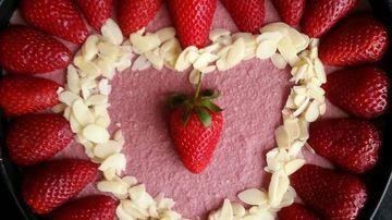 Tort de ciocolata cu capsuni: rapid si sanatos