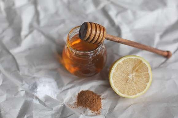 apa de gura cu miere,scortisoara si lamaie