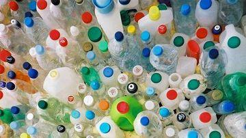 5 motive de a evita recipientele din plastic