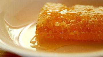 De ce ar trebui sa renunti la zahar in favoarea mierii