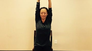 4 pozitii de yoga pentru a-ti corecta postura daca lucrezi pe scaun toata ziua
