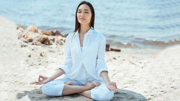 Stres ieșit de sub control? Încearcă aceste 3 exerciții yoga de respirație pentru calmare și resetare